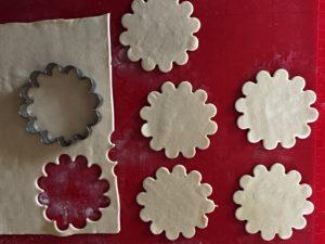 Vyktajování listovéhop těsta-plněné kytičky