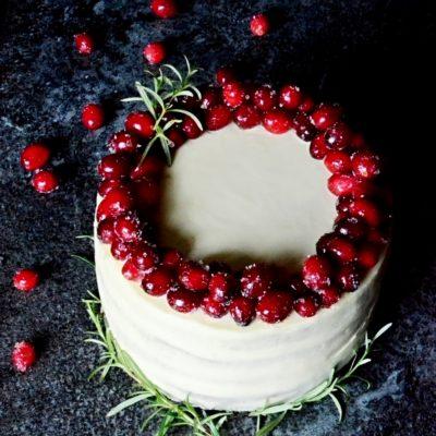 Pistáciový dort s brusnicemi